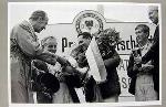 1000km Am Nürburgring 1966. Freherr Von Diergardt Überreicht Jack Brabham Die Siegertrophäe.